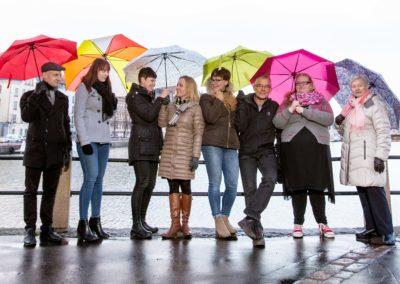 Ihmisiä seisoo vierekkäin sateenvarjojen kanssa_kuva Minttu Lehtovaara