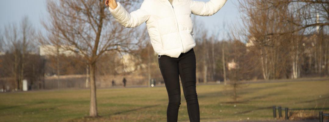 Nuori tasapainoilee puistonpenkillä