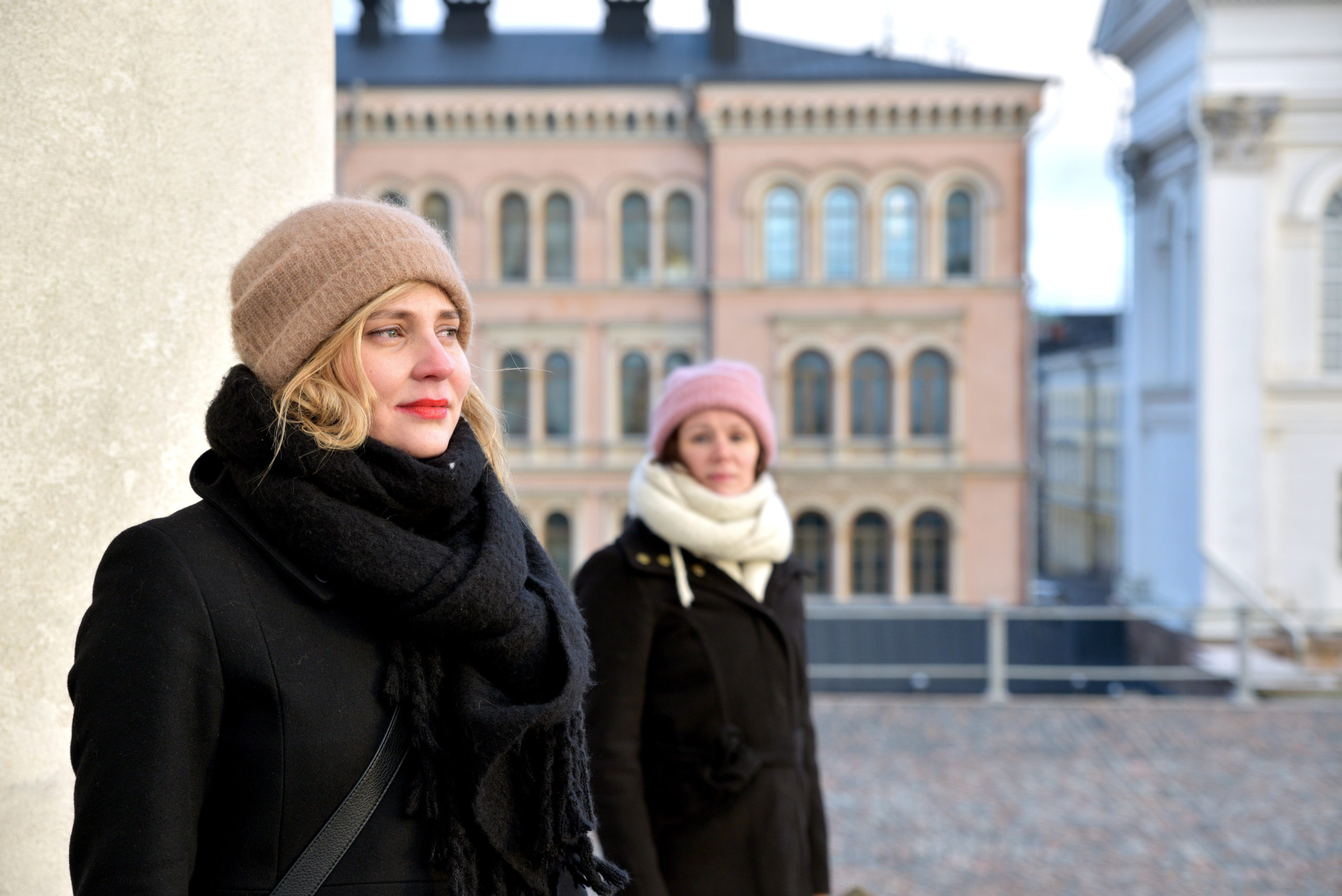 Kaksi naista katsoo kaukaisuuteen
